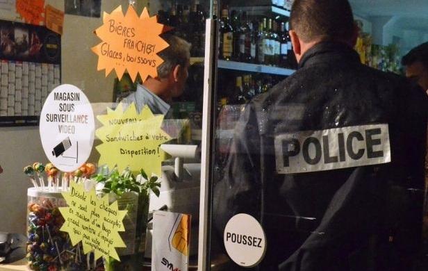 Contrôle d'une épicerie par des policiers (Photo d'illustration)