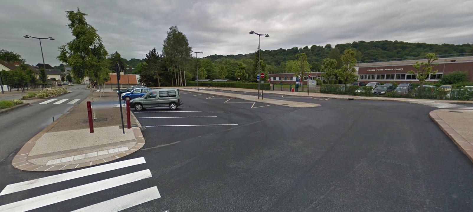 Les violences se sont produites sur ce parking devant le collège Pierre Mendès-France, hier soir, où la jeune femme s'était arrêtée pour vérifier la fermeture de ses portes (Photo d'illustration @Google Maps)