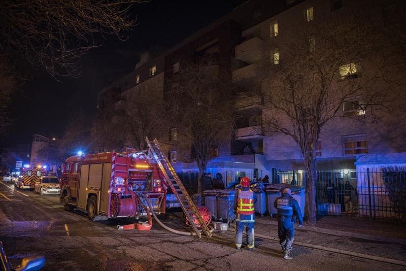 Les sapeurs-pompiers ont déployé de gros moyens pour empêcher que le feu se propage à l'ensemble de la cage d'escalier de l'immeuble de 5 étages (photos : I. Michel/Sdis78)