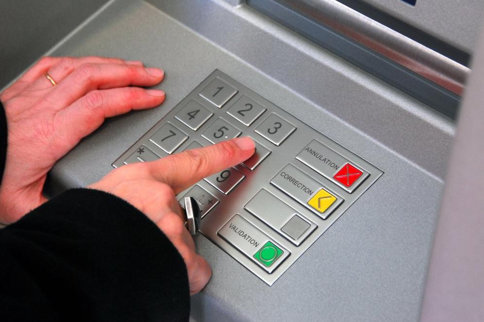 Le système d'enregistrement vidéo permettait à l'escroc de mémoriser les codes confidentiels des usagers lors d'un retrait au distributeur (Photo d'illustration)