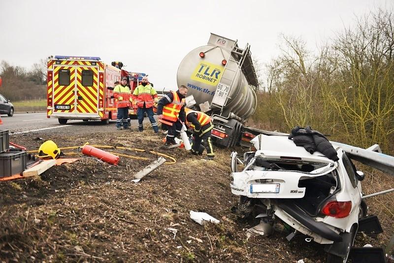 La conductrice de la Peugeot 206, dont l'état en dit long sur la violence du choc, est une miraculée (Photo : E.Faller/Sdis78)