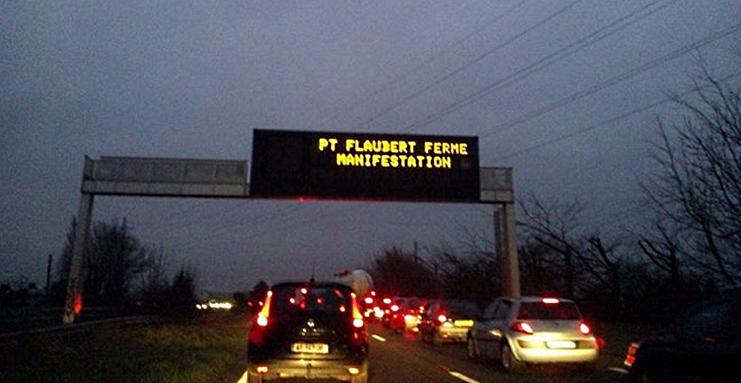Ce matin, le pont a été fermé provoquant un gigantesque bouchon (Photo d'un lecteur @infoNormandie)