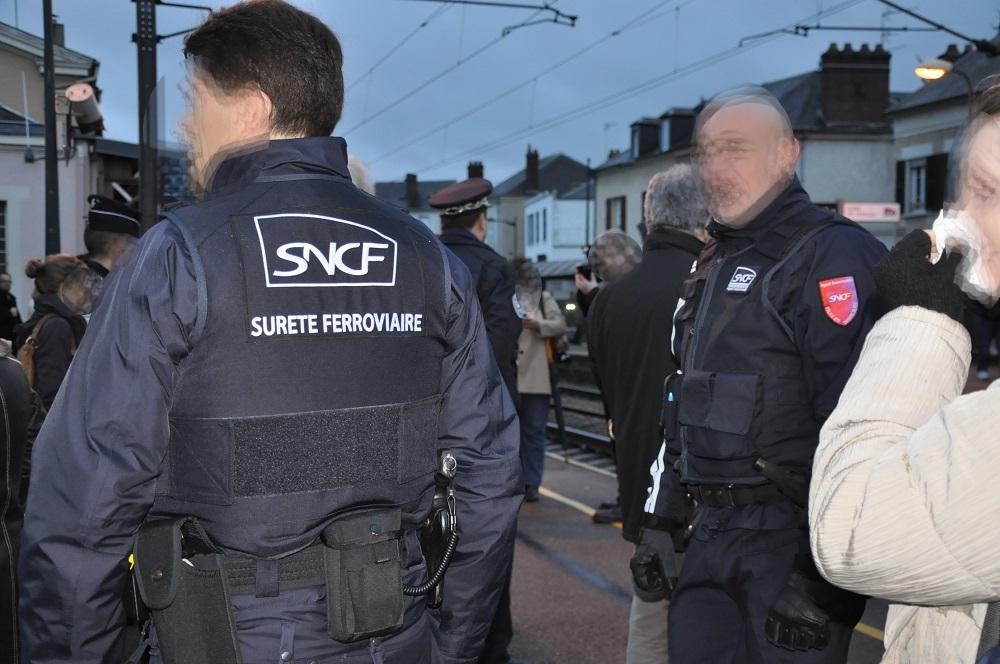 Les agents de la Sûreté ferroviaire (SUGE) lors d'un contrôle en gare de Vernon (Photo @infoNormandie)