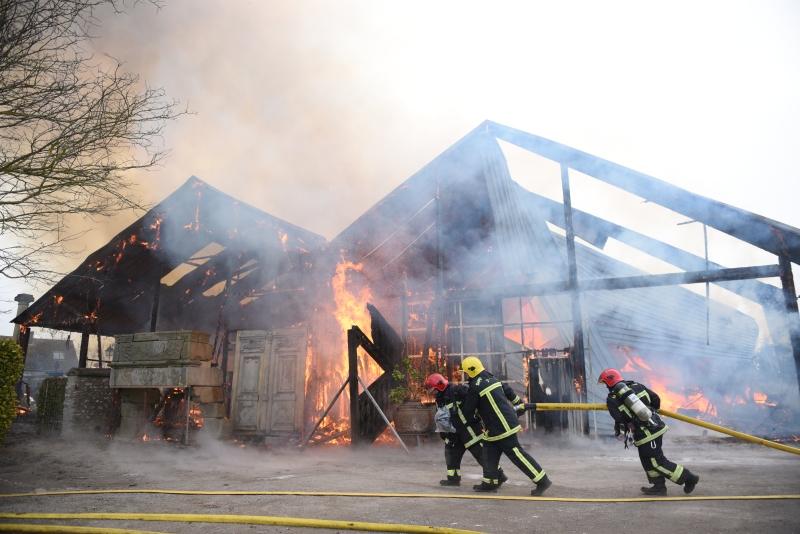 Malgré les moyens déployés, en hommes et en matériel, les sapeurs-pompiers n'ont rien pu sauver du bâtiment en feu (Photo : J.Thomas/G.Kouamé / Sdis78)