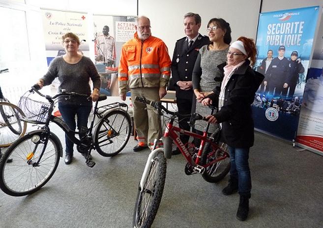 Les premiers bénéficiaires de la Croix-Rouge ont reçu leur vélo des mains de Philippe Trenec, directeuir de la DDSP, de Pascal Hoste, président de la Croix-Rouge et de Malika Cherrière, directrice de l'hôpital-HAD de Bois-Guillaume (Photo : C.R/DDSP76)