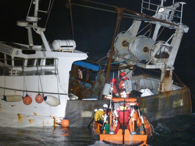 L'arrivée des marins pompiers et des secours à bord du chalutier cette nuit (Photo Marine nationale)