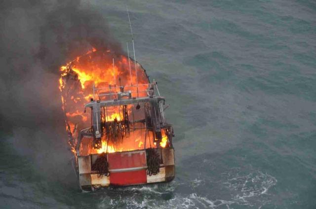 Les quatre membres d'équipage du chalutier en feu ont embarqué dans un canot de sauvetage (Photos Marine nationale)