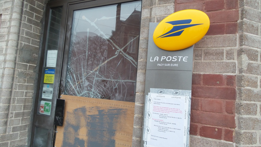 Dans la nuit du 5 au 6 février dernier, la Poste de Pacy-sur-Eure a été la cible d'un commando. Les auteurs n'ont toujours pas été arrêtés et le bureau de poste est toujours fermé au public (Photo @infoNormandie)