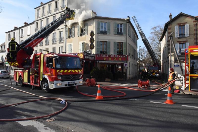 (Le feu s'est déclaré au 2ème étage de ce petit immeuble situé à l'angle du boulevard Circulaire et de la route de Montesson  (Photos : @F. Ferber / SDIS78)
