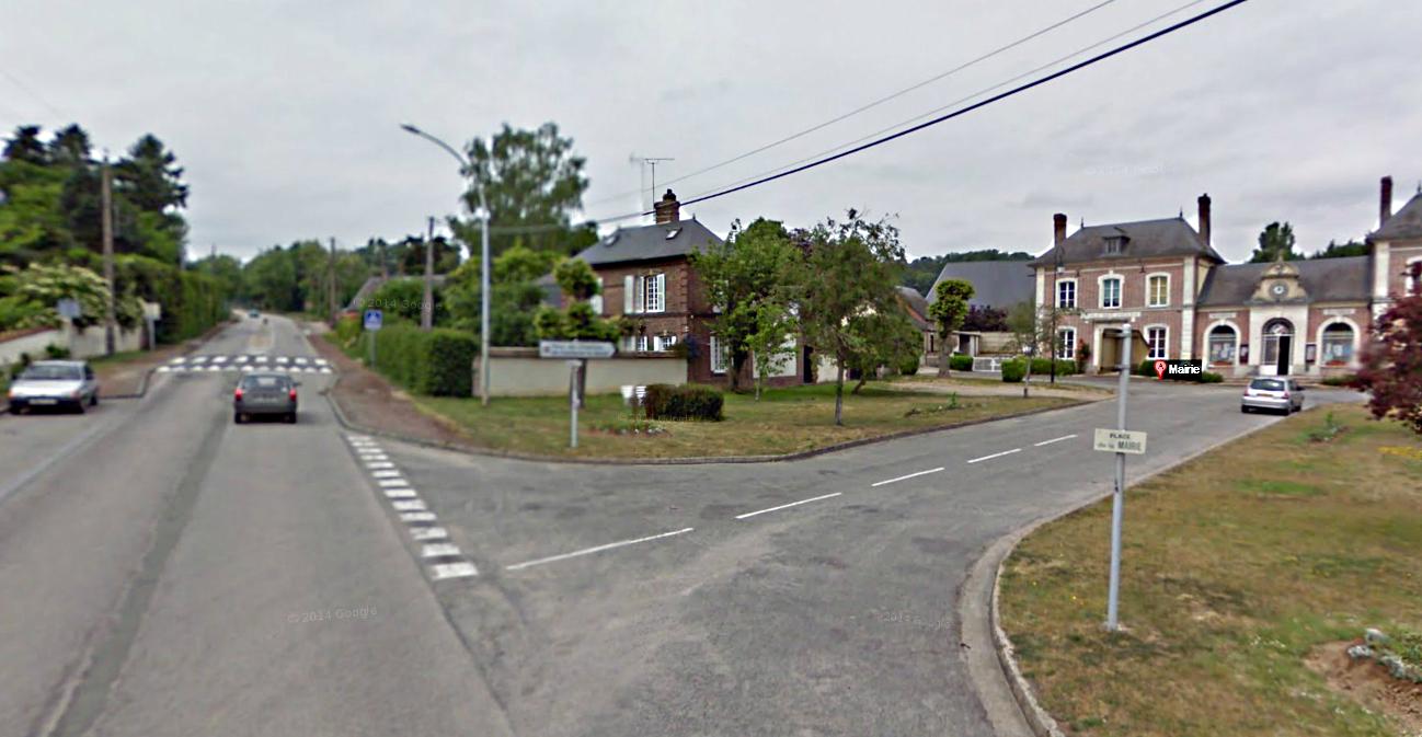 Le camion de cigarettes venait de quitter l'entrepôt Altadis, à Nassandres, et remontait la Grande rue de Fontaine-la-Soret lorsqu'il a été intercepté  par le commando à hauteur de la mairie  (à droite)
