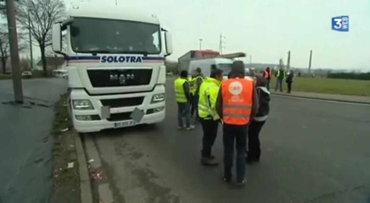 Les routiers ce matin sur le barrage filtrant mis en place au rond-point des vaches à Saint-Etienne-du-Rouvray (Capture d'écran France 3)