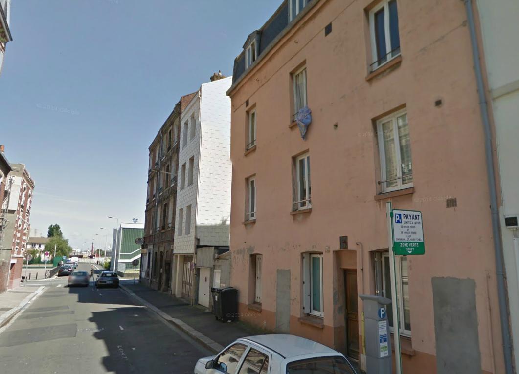 L'immeuble, ici à droite, a été entièrement évacué en attendant les résultats de l'expertise (Photo d'illustration)