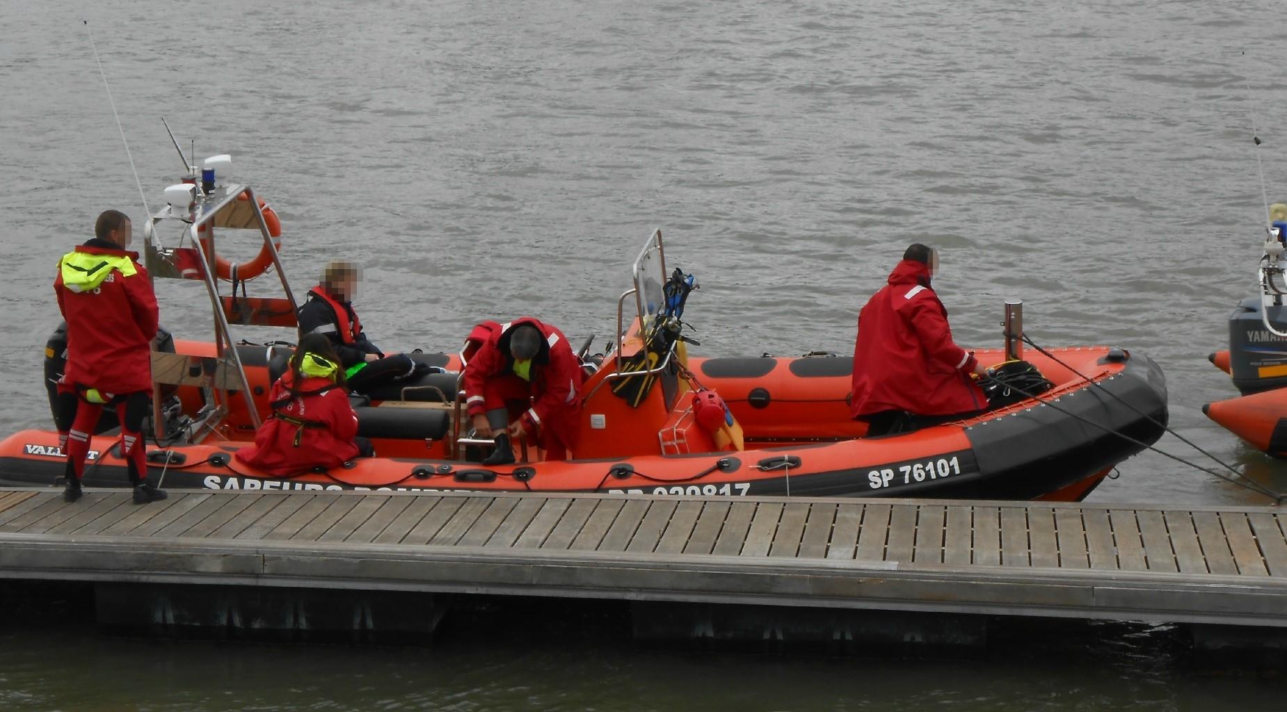 Les sapeurs-pompiers sont intervenus avec leur Zodiac pour secourir la victime dont le corps flottait sur le ventre en direction du Hangar 107 (Photo d'illustration)