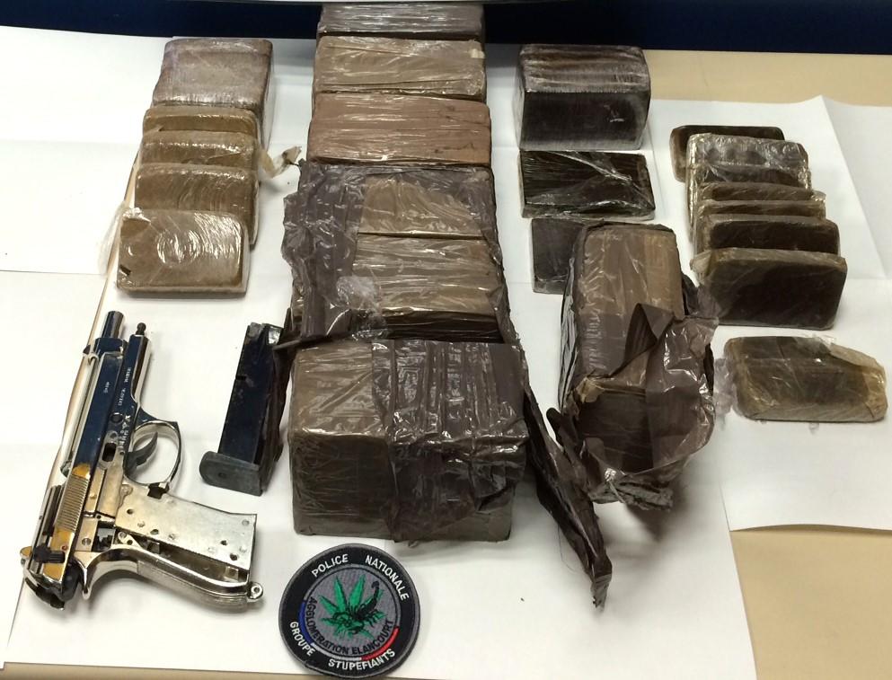 Des pains et des savonnettes de résine de cannabis conditionnés dans des films transparents ainsi qu'une arme de poing ont été saisis par les policiers (Photo DDSP78)
