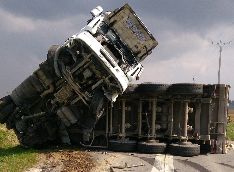 Le tracteur du semi-remorque s'est immobilisé le nez en l'air ! (Photo @DR)