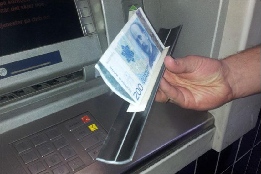 Le Cash trapping est un dispotif assez rudimentaire qui permet, grâce à une barre de seuil aluminium équipée d'un ruban adhésif, de récupérer les billets en les empêchant de sortir de la trappe (Photo d'illustration)