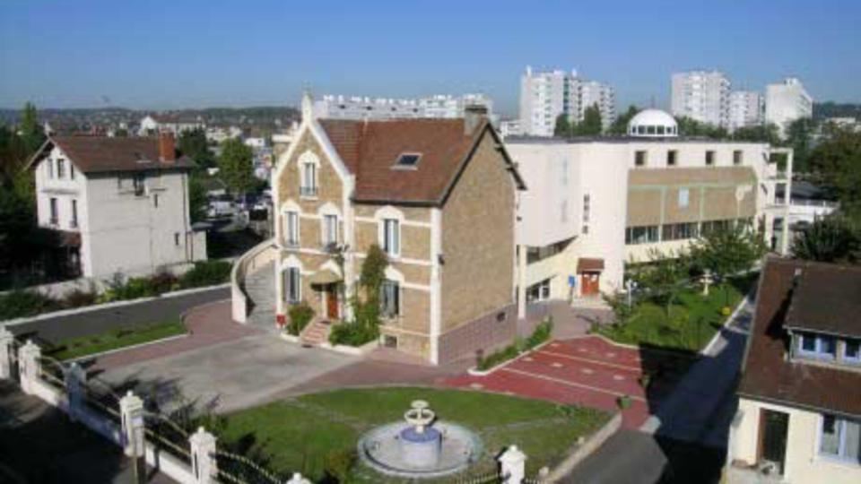 Le lieu de culte est situé rue Gambetta (ancien commissariat de police), à l'angle de l'avenue Paul Raoult