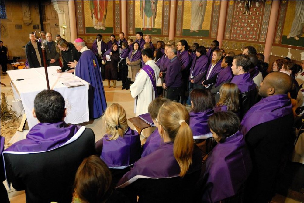 A chaque veillée de Pâques, des adultes sont baptisés dans les églises du diocèse de Rouen (Photo @Jacques Félix extraite du site rouen.catholique.fr/ )