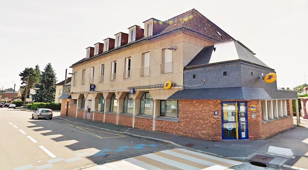 Le bureau de La Poste est implanté place de la Libération, dans le centre-ville de Neufchâtel (Illustration)