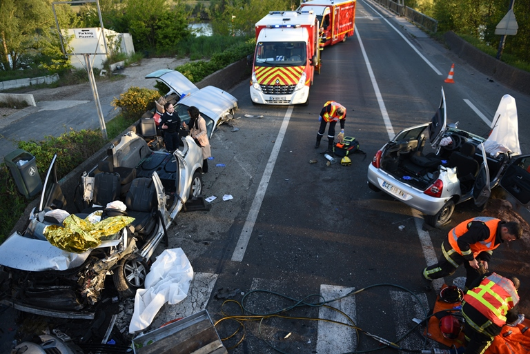 L'état des deux véhicules démontre la violence du choc (Photo: E. Faller / SDIS78)