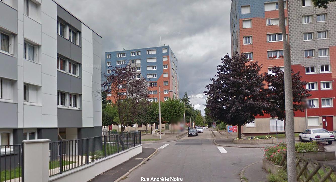 Les deux bandes de Cléon et d'Elbeuf s'étaient rassemblées au pied de ces immeubles du quartier des Feugrais pour en découdre (Illustration)