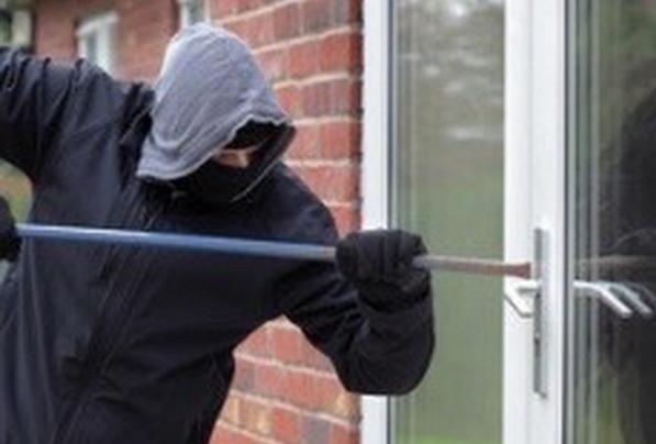 Le cambrioleur est entré dans la demeure en fracturant une fenêtre (Illustration)