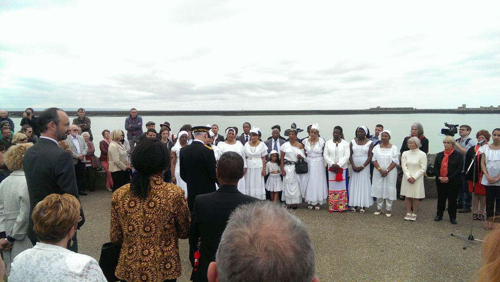 La cérémonie face au port a été suivie avec beaucoup de ferveur (Photo Romain Costa/Twitter)