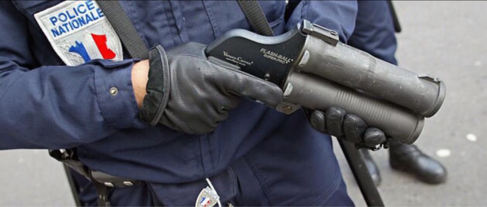 Les policiers ont du faire usage de leur flash ball alors qu'ils étaient encerclés par leurs assaillants ( illustration)