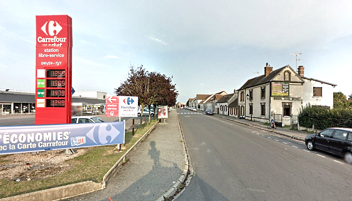 Le supermarché Carrefour Market est resté fermé toute la journée et un périmètre de sécurité a été mis en place autour de la maison du forcené, avenue Pierre-Bérégovoy
