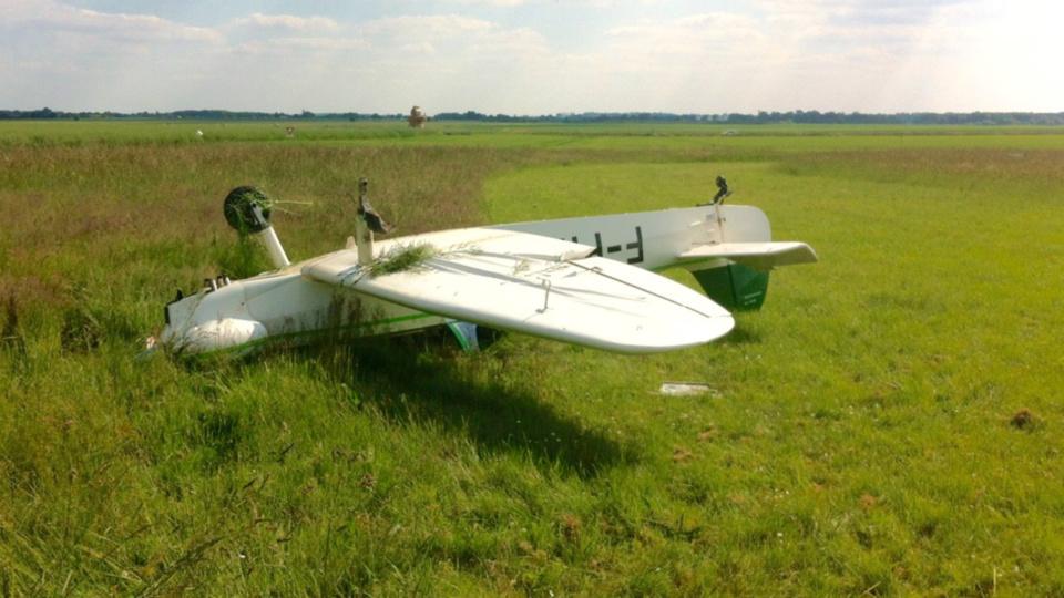 Le monomoteur s'est retourné en début de piste, alors qu'il se positionnait pour atterrir. Son pilote est très légèrement blessé (Photo@DR)