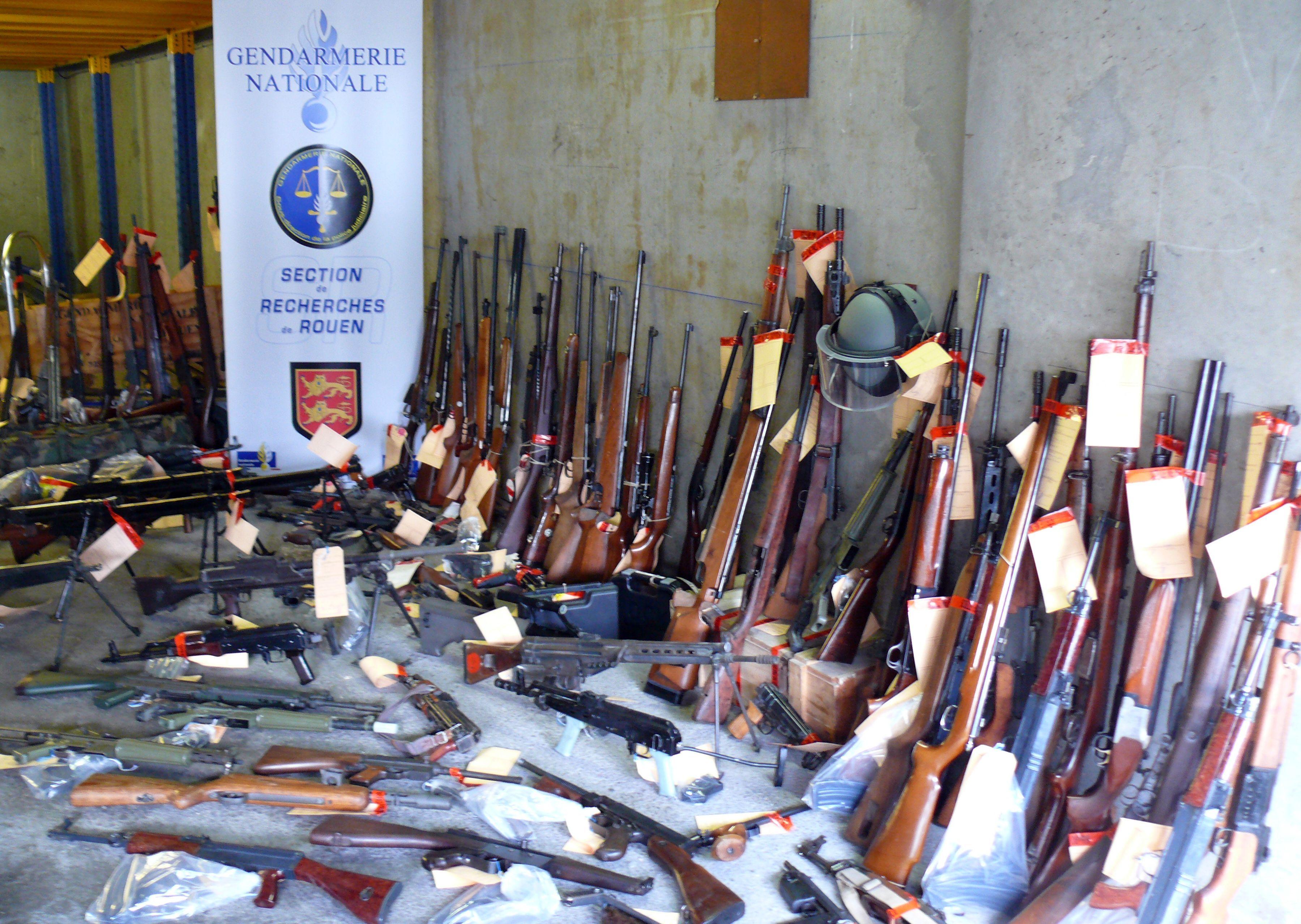 Une partie des armes et des munitions saisies lors de l'opération des gendarmes (@Gendarmerie)