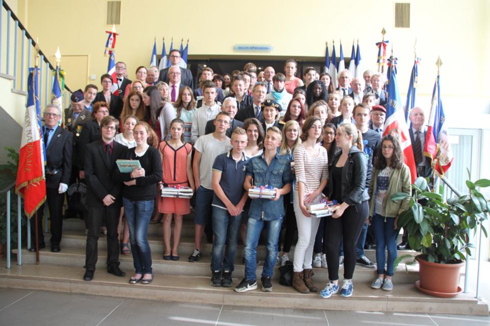 Les élèves primés rassemblés à la préfecture lors de la remise des prix