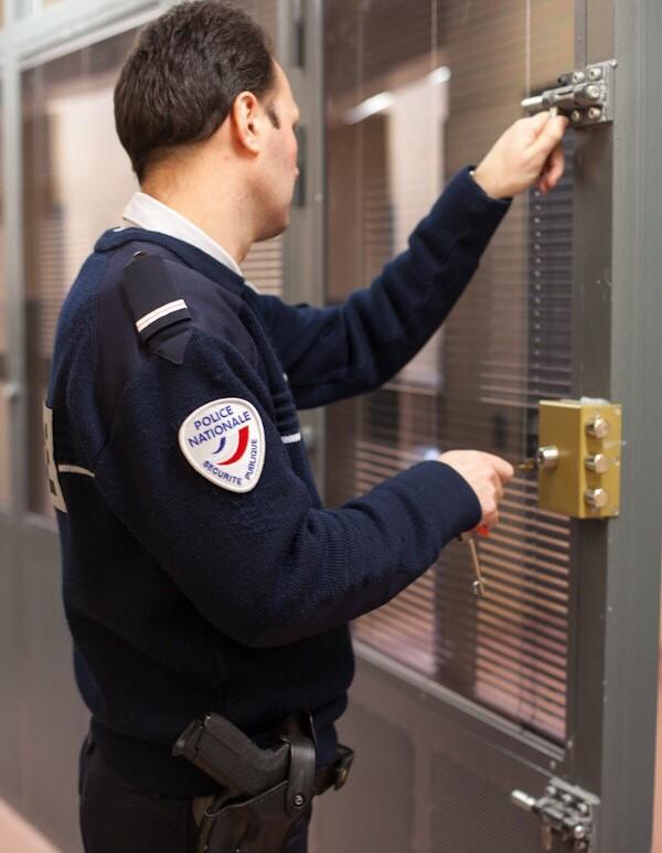 L'auteur des coups de couteau a été placé en garde à vue au commissariat des Mureaux (@illustration)
