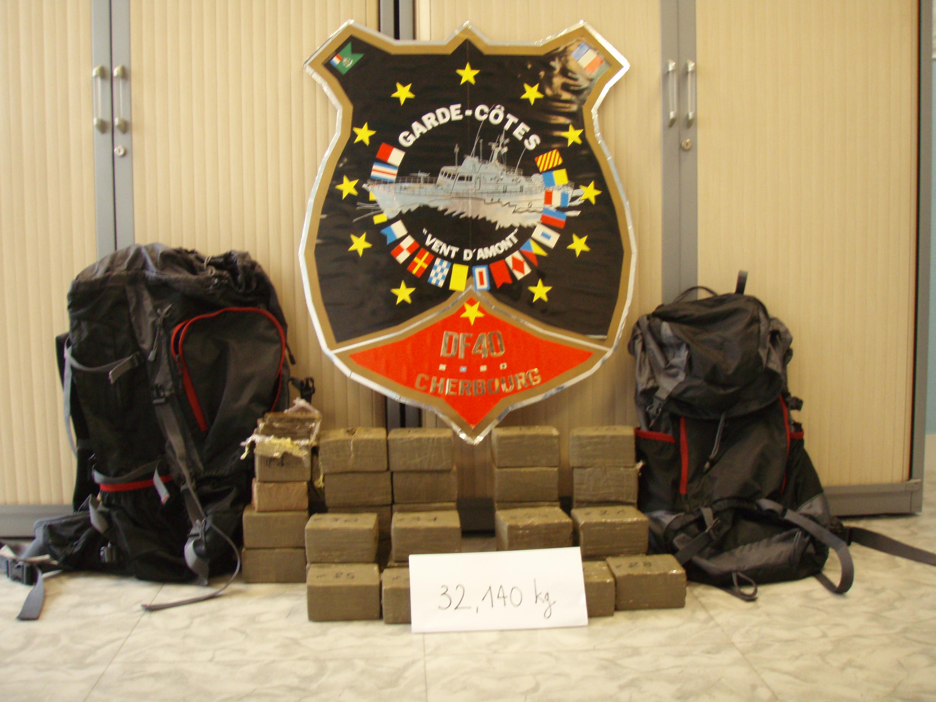 Les stupéfiants, conditionnés en pains et entreposés dans deux sacs à dos, ont été saisis par la douane (Photo@Douane)