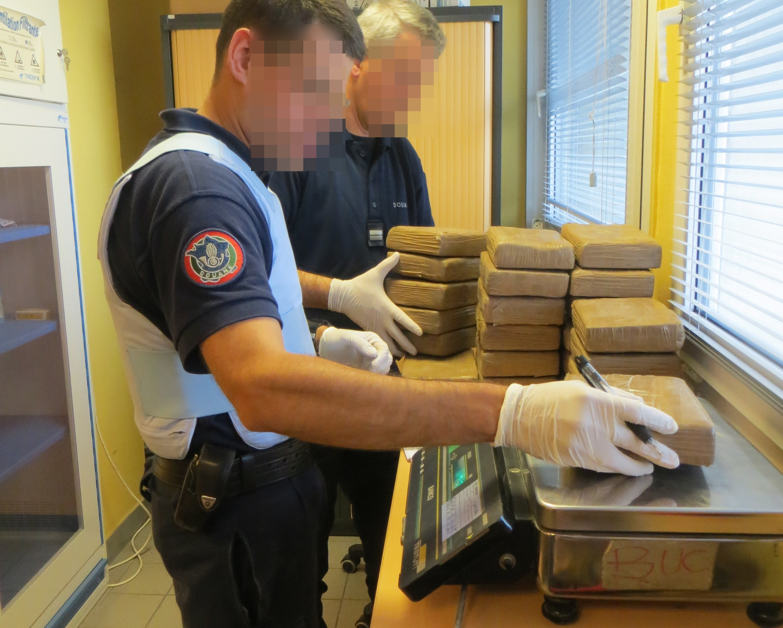 Les 82 kg de cocaïne étaient conditionnés et dissimulés dans des sacs en plastiques (Photos@Douanes)