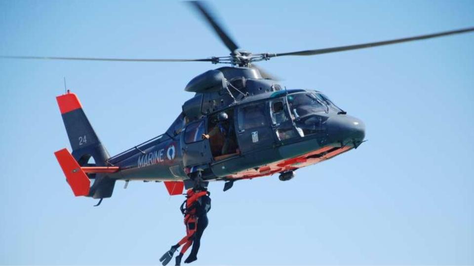 Le vacancier perdu en baie de Somme a été hélitreuillé à bord de l'hélicoptère de la marine (Photo@Marine nationale)