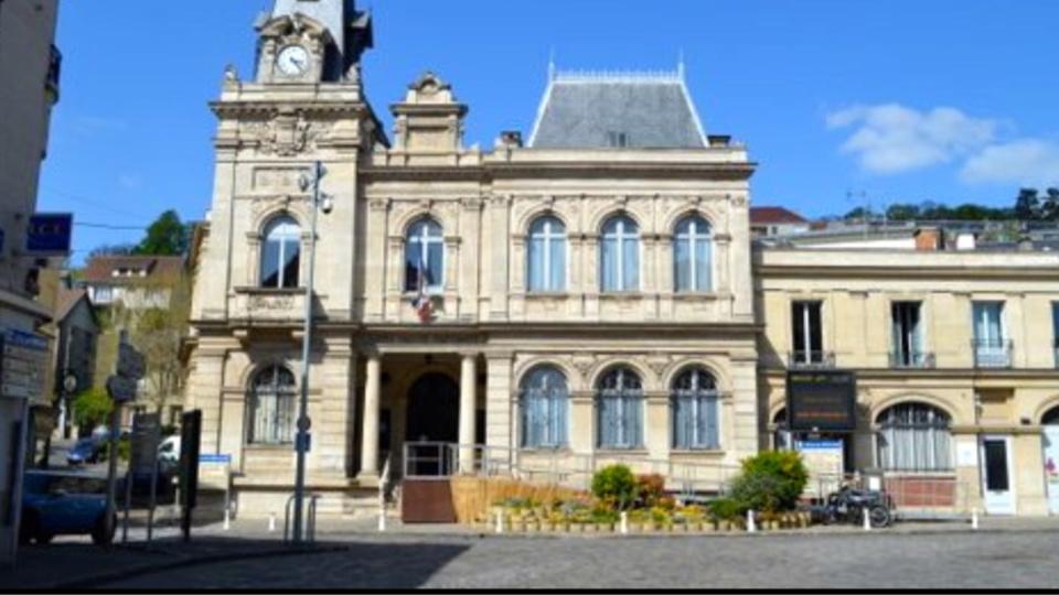 Yvelines : contre la hausse des impôts locaux, ils manifestent devant la mairie de Meulan