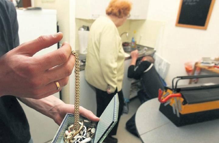 Bernay : une retraitée détroussée de ses bijoux par un faux policier et un pseudo agent des eaux