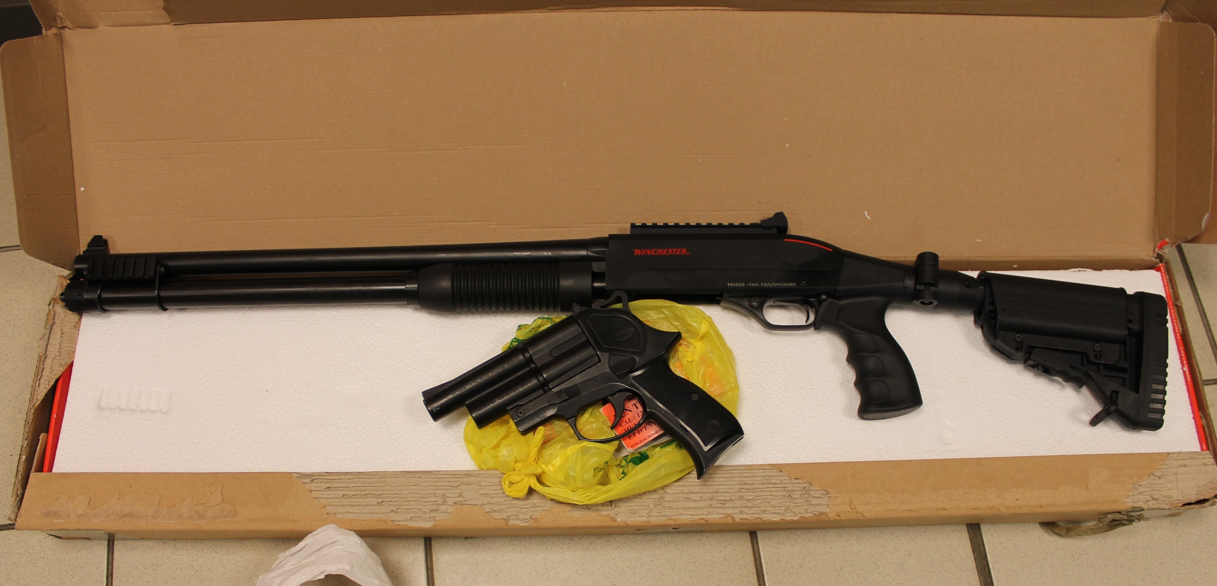 Un fusil à pompe, un revolver et leurs munitions ont été découverts entre autres par les enquêteurs de la douane (Photo :@Douane)