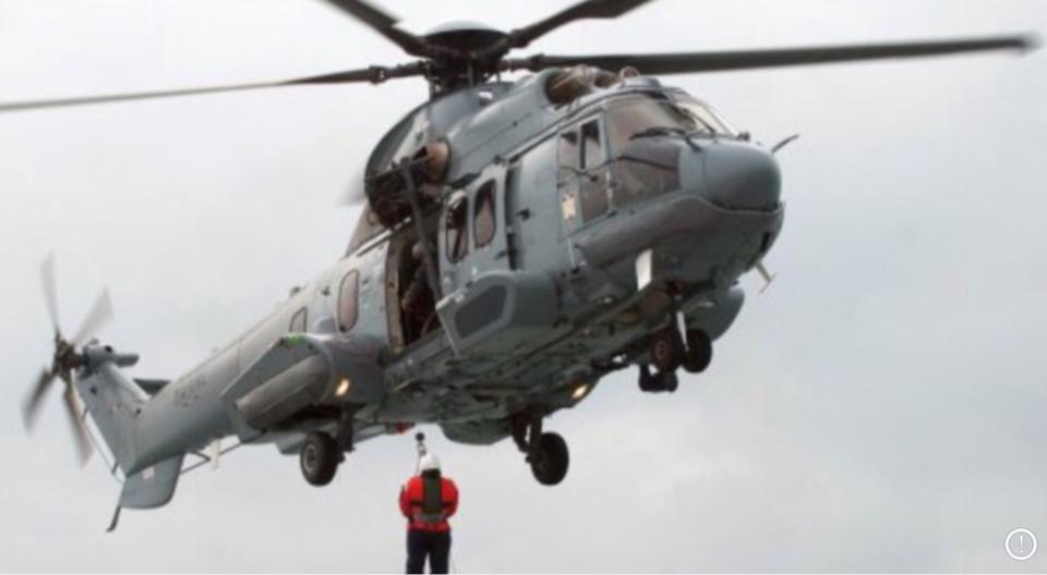 Illustration. L'hélicoptère de la marine a pris en charge le matelot inconscient.