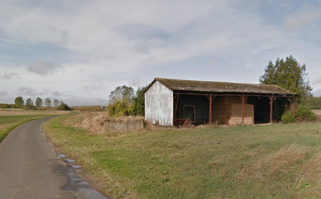 Le hangar est situé en bordure du chemin du Pré Hardy, juste devant l'entrée des anciennes pépinières de Bernay. Les ballots de foin et la remorque qu'il abritait ont été détruits par le feu. Le bâtiment a été quant à lui fortement endommagé. (Photo d'illustration  : GoogleStreet View