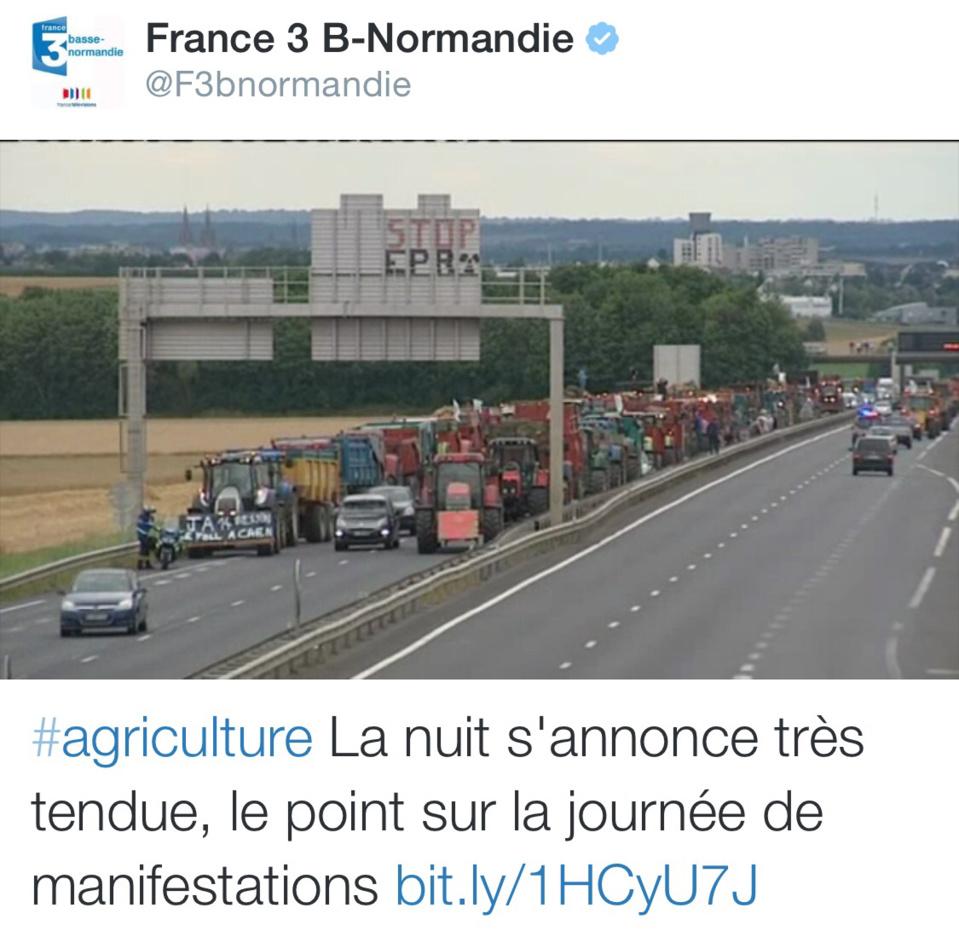 Plus de 300 manifestants ont bloqué dimanche soir l'A84 en direction de Caen (@France3 Basse-Normandie/Twitter)