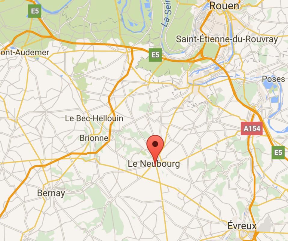 Manifestation des éleveurs ce matin au Neubourg : du fumier chez Leclerc et Intermarché