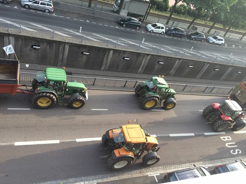 Les tracteurs défilent quai du Havre, à Rouen (photo S.L./infoNormandie)