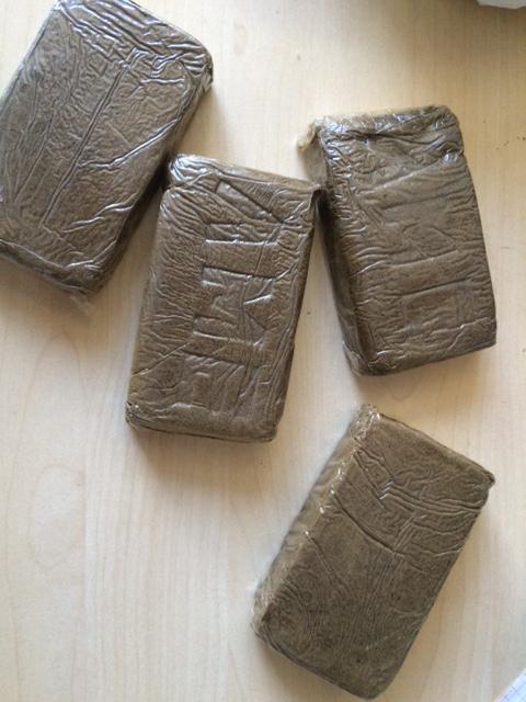 Lors des perquisitions, les policiers ont découvert quatre plaquettes d'une centaine de grammes chacune de résine de cannabis (Photo @DDSP)