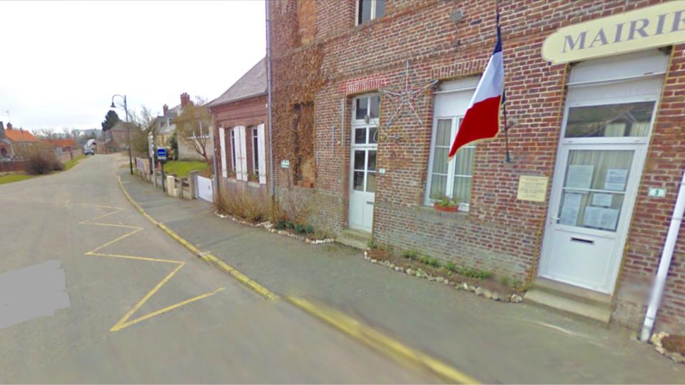 Le drame est survenu ici devant la mairie du village. Le pilote aurait perdu le contrôle de son quad alors que l'enfant à vélo se trouvait devant