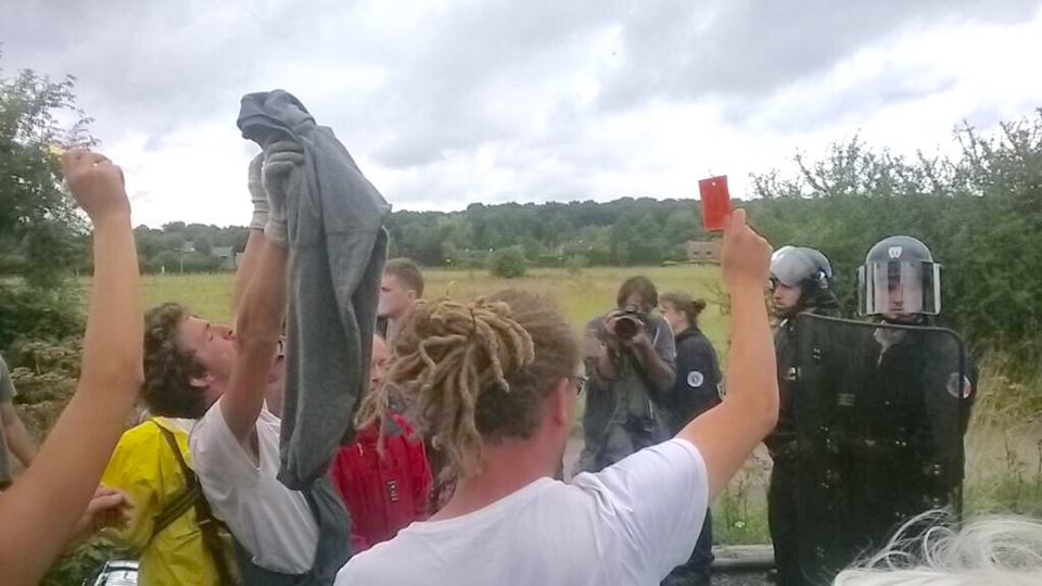 Les forces de l'ordre attendaient l'arrivée des manifestants à la ferme des Bouillons, hier dimanche (Photo@guiofdeep/Twitter)