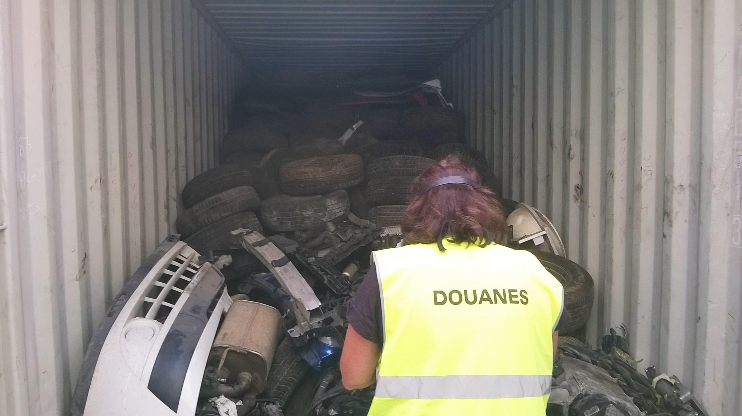 Dès l'ouverture du conteneur, les douaniers ont constaté, sous un tas de roues et de pièces de carrosseries, la présence de nombreux moteurs usagés enchevêtrés (Photo @Douane)