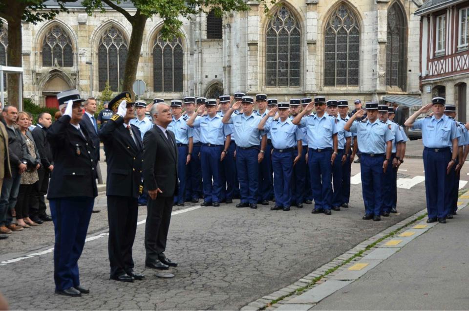 Préfet, procureur de la République et représentant de la gendarmerie ont rendu hommage à la mémoire du gendarme Laurent Pruvot, ce matin dans la cour d'honneur de la Caserne Hatry, à Rouen (Photo @Gendarmerie/Facebook)