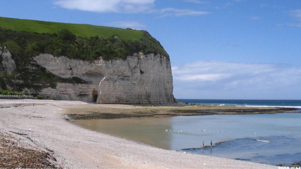 Le corps de l'inconnue reposait sur les galets au milieu de la plage (Photo d'illustration)